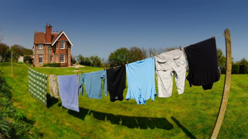 Thực hiện phơi đồ đúng cách để giúp cho áo quần không bị giãn