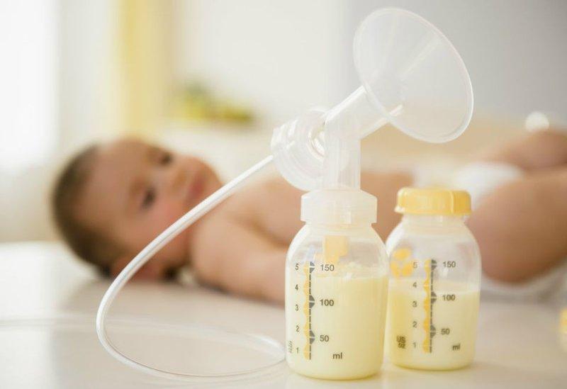 Dùng sữa mẹ trị muỗi đốt cho bé rất hiệu quả